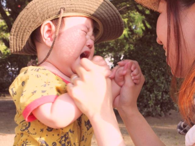 泣く子供と母親